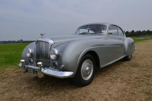 Редкие 1954 Бентли R типа Фастбэк Континентальный которые будут проданы на аукционе в Сильверстоуне
