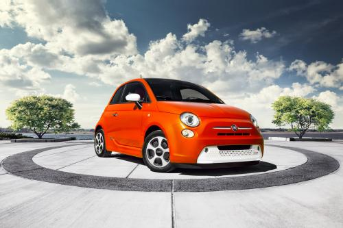 2013 Fiat 500e заряжает электромобиль сегмента