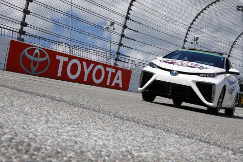 2016 Тойота Мираи будут проходить в гонке серии НАСКАР