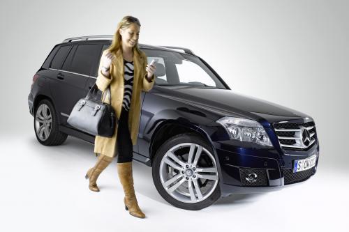 Новая колыбель позволяет полностью интегрироваться в архитектуре автомобиля: Mercedes-Benz делает в автомобиле iPhone® подключение еще проще