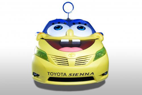 2015 Тойота Сиенна получает фильм Губка Боб-тематический взгляд