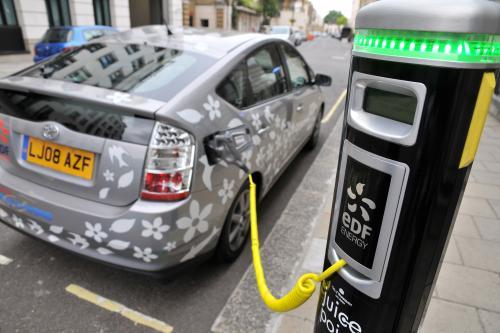 EDF energy и Toyota запуска Великобритании испытания plug-in hybrid vehicle
